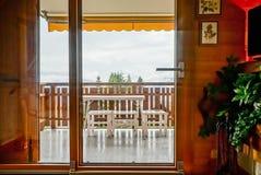 Renovated glidningsdörr till balkongen Komfort och ergonomisk gla arkivfoto