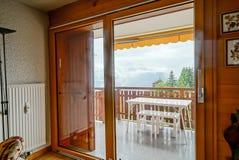 Renovated glidningsdörr till balkongen Komfort och ergonomisk gla arkivbild