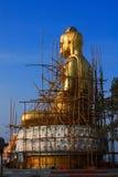 Renovera den guld- buddha statyn. Arkivfoton