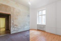 Renovera för renovering före och efter - tomt lägenhetrum arkivbild