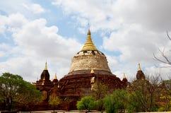 Renovera pagoden i Bagan Archaeological Zone Royaltyfri Fotografi