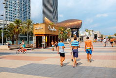 Renoverad Barcelona strandpromenad på en sommardag Arkivfoto