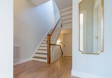 Renoverad härlig trappuppgång med spegeln Royaltyfri Fotografi