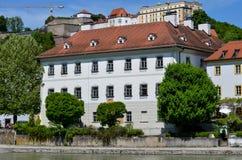 Renoverad historisk byggnad fotografering för bildbyråer