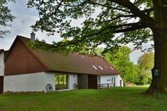 Renoverad historisk lantlig byggnad Arkivbilder