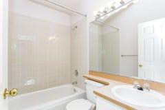 Renoverad inre av ett vitt badrum royaltyfria foton