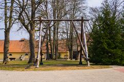 Renoverat gammalt s?teri Shlokenbek i Lettland Tr?gunga 7 April 2019 arkivbild