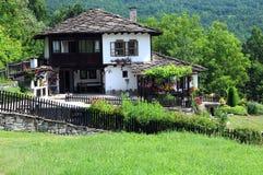 Renoverat hus i byn av Bozhentsi Royaltyfri Bild