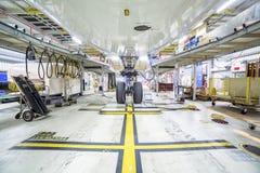 Renovering av ett flygplan i en hangar arkivbild