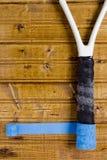 Renovering av gammal tennisracket Arkivbild