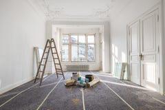 Renovering - gammal lägenhet under återställande/renovering arkivbilder