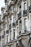 Renässansbyggnad med balkonger i Paris Royaltyfri Foto