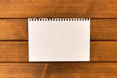 Rent ark av papper på träbakgrund Begrepp royaltyfri bild