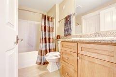 Rent badrum med den bruna gardinen Royaltyfri Bild