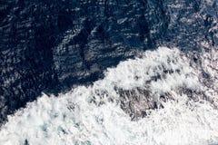 Rent blått havsvatten med skum Royaltyfri Bild