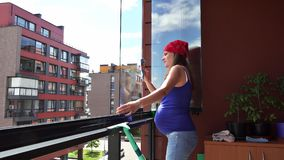 Rent damm för exakt gravid kvinna från hemmastadd balkong för exponeringsglas arkivfilmer