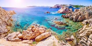 Rent klart azurt havsvatten och att förbluffa vaggar på kust av den Maddalena ön, Sardinia, Italien Arkivfoto