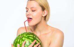 Rent nöjebegrepp Vattenmelonvitamindryck Törstad och vattenjämvikt Tyck om naturlig fruktsaft Törstig flicka arkivbild