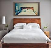 Rent och modernt sovrum med rolig kanfas på väggen Royaltyfri Fotografi
