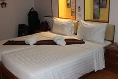 Rent sängrum och säng royaltyfri bild