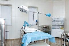 Rent sterilt tomt fungerande kirurgiskt rum f?rbereda kirurgi Medicinsk utrustning Veterin?r- klinik arkivfoto