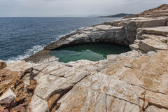 Rent vatten av Giola den naturliga pölen i den Thassos ön, Grekland Royaltyfri Bild