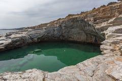 Rent vatten av Giola den naturliga pölen i den Thassos ön, Grekland Arkivfoton