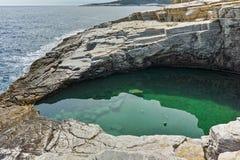 Rent vatten av Giola den naturliga pölen i den Thassos ön, Grekland Arkivbilder