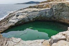 Rent vatten av Giola den naturliga pölen i den Thassos ön, Grekland Royaltyfri Fotografi