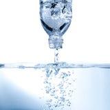 rent vatten för flaskbubbla Arkivfoto