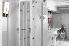 Rent vitt europeiskt kök fotografering för bildbyråer