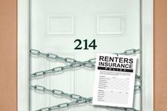 RentersVersicherungspolice, die von den Ketten auf der Wohnungstür darstellt Sicherheit hängt Stockbild
