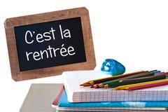 Rentree del la de C'est (significado de nuevo a escuela) escrito en la pizarra negra Fotografía de archivo