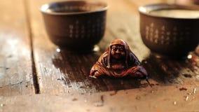 On renverse le thé sur une figure spéciale pendant la vidéo animée lente de cérémonie de thé banque de vidéos