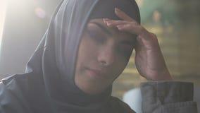 Renversement arabe de fille avec l'inégalité de genre dans la société musulmane, restrictions religieuses banque de vidéos