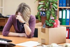 Renversement avec la femme de renvoi pleurant sur le lieu de travail photo stock