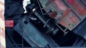 Renversement d'un chariot de charbon à une centrale  D?chargement des marchandises clips vidéos