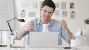 Renversement occasionnel de jeune homme par la perte au travail banque de vidéos