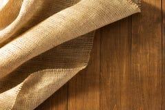 Renvoyer hessois de toile de jute sur en bois Image libre de droits