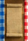 Renvoyer hessois de toile de jute sur en bois Images libres de droits