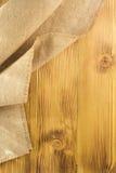 Renvoyer hessois de toile de jute sur le bois Image libre de droits