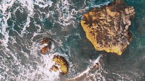 a?reo Penhascos grandes no Oceano Atlântico no por do sol na ilha Tenerife, praia de Benijo, Ilhas Canárias, Espanha vídeos de arquivo