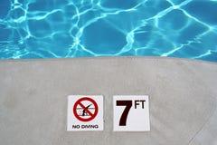 Repère de profondeur de piscine Photo libre de droits