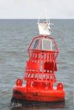 Repère rouge Bouy en mer Image stock