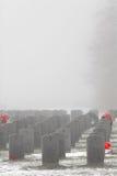 Repères graves des soldats dans un cimetière militaire Photo stock