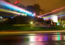 Repérez les lumières employées pour allumer des cascades de chutes du Niagara Photo stock