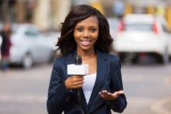 Repórter africano da notícia imagens de stock