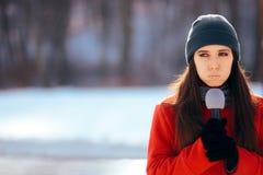 Repórter Broadcasting Outdoors da tevê do inverno na neve foto de stock royalty free