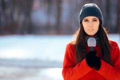 Repórter Broadcasting Outdoors da tevê do inverno na neve fotografia de stock