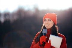 Repórter Broadcasting Outdoors da tevê do inverno na neve fotos de stock royalty free